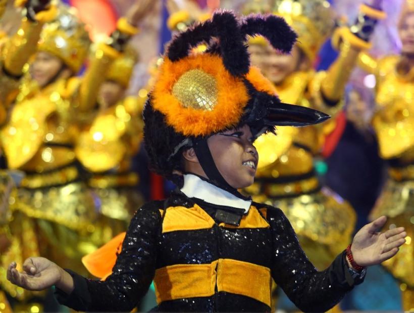 Art of Living_One hundred Filipino cultural dancers_photo 1.JPG